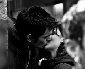 Bel bacio tra giovani