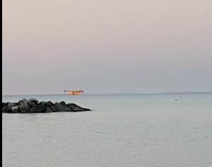 Canadair al lavoro sul mare