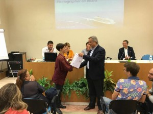 Il Vice PresIdente Minardi mentre consegna gli attestati al Ciof di Pesaro