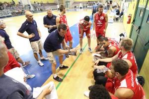 Spiro Leka impartisce istruzioni alla squadra (Foto Fabrizio Andrea Bertani/Ciamillo tratta dal Facebook VIctoria Libertas Pesaro Basket)