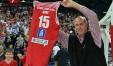 """Mike Sylvester sabato sera al palasport con la """"sua"""" maglia (foto Luca Toni dalla pagina Facebook)"""