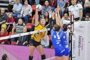 Alice Degradi contro il muro della Foppapedretti Bergamo nella gara d'esordio (dalla pagina Facebook della Sab Legnano)