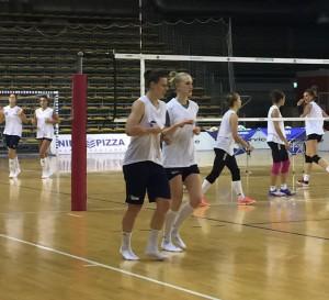 L'allenamento del Volley Pesaro è finito: Lise e Freya corrono senza scarpe