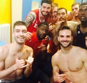 Il selfie dei cestisti della Vuelle dopo la vittoria a Reggio Emilia