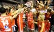 Esulta la Vuelle dopo la vittoria di Reggio Emilia (Foto tratta dal Facebook Victoria Libertas Pesaro Basket)