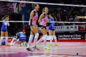 Anastasia Guerra e Martina Guiggi dopo un muro vincente, ma l'ex capitano pesarese è in forse (dalla pagina Facebook della Pomì)