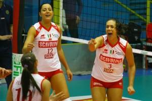 Ilaria (con Carolina Costagrande) in maglia Scavolini  (dalla pagina Facebook del Fans Club)
