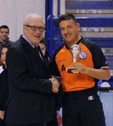 Gianluca Mattioli premiato nel giorno delle 600 gare serie A (foto Fip)