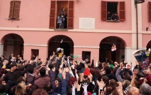 Folla alle prese con il lancio del prezioso tubero