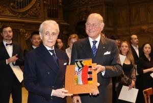 Giorgio Girelli dona al tenore Josè Carreras una scultura in cristallo di Silvio Cattani (Studi FIAM – Tavullia)