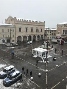 I due mezzi della polizia in piazza del Popolo