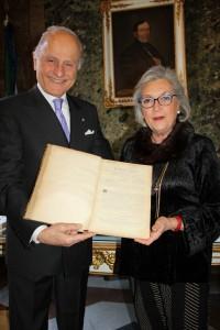Il presidente del Conservatorio Giorgio Girelli e la Signora Miranda Paolucci  mostrano la ritrovata raccolta del Bollettino del 1892