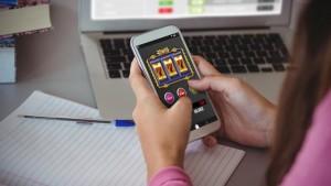 06-22-18 - pu24 - gioco azzardo bar smartphone