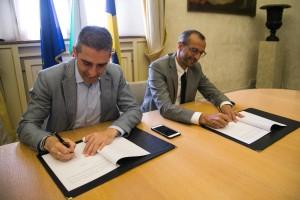 La firma sul protocollo d'intesa fra il sindaco di Parma Pizzarotti e il sindaco di Pesaro Ricci
