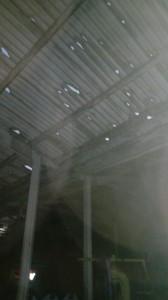 Un capannone perforato dalla grandine
