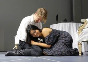 Maxim Mironov (Conte Almaviva) e Aya Wakizono (Rosina) preparano il Barbiere