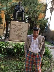 Massimo Ranieri davanti alla statua di Rossini
