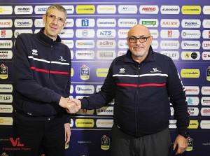Matteo Boniciolli (a destra), stretta di mano con Ario Costa