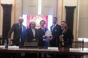 Andrea da Montefeltro consegna premio a scuderia Ferrari