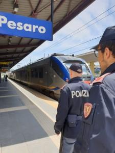 I poliziotti che hanno svolto il servizio d'istituto alla stazione di Pesaro e sulla linea Pesaro-Cattolica