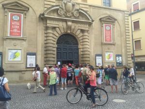 Una scena consueta davanti al Teatro Rossini che giovedì 1 agosto apre il botteghino alla vendita dei biglietti per il 40° ROF