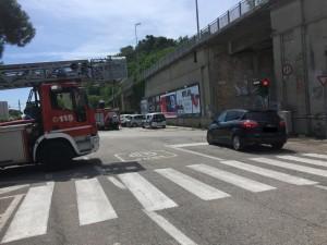Vigili del fuoco al lavoro sotto il cavalcavia tra le vie La Marca e Amendola