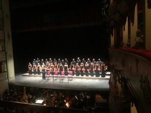 Il coro fanese con Mirca Rosciani per l'applauso meritato di fine concerto
