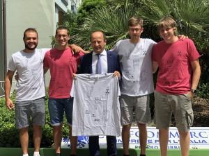 Gli organizzatori con il Direttore di Confcommercio Varotti ( con la maglia del torneo che sarà consegnata a tutti i partecipanti al torneo)