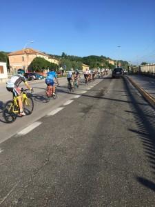 Sono le ore 7.55 e questo gruppo di ciclisti diretto a Pesaro è un esempio per tutti
