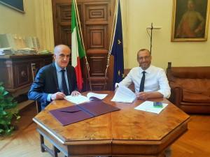 La firma alla presenza del Prefetto Vittorio Lapolla e del sindaco di Pesaro Matteo Ricci