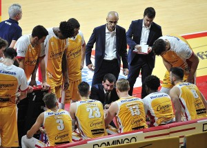Coach Perego e la panchina della Carpegna Prosciutto Basket