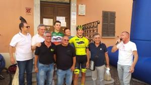 L'arrivo della gara Juniores di Montelabbate, disputata lo scorso 21 luglio e vinta dal corridore pesarese Gidas Umbri davanti al tricolore Gianmarco Garofoli (entrambi del Team Lvf Marche). Con loro il presidente della Federciclismo provinciale Mario Tittarelli.