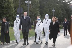 Il premier albanese Edi Rama accompagna i connazionali in partenza per l'Italia (dalla sua pagina Facebook).