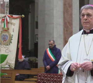 Monsignor Piero Coccia col sindaco Matteo Ricci in preghiera