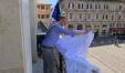 Ricci mette il drappo per ricordare Giovanni Falcone