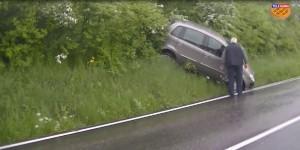 L'auto finita fuori strada