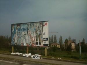 Uno numerosi cartelloni con il manifesto elettorale fatto a pezzi