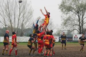 Una touche della Pesaro rugby