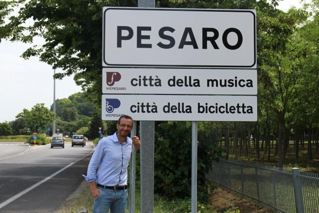 Pesaro città della musica e della bici. Ricci posa con i nuovi cartelli