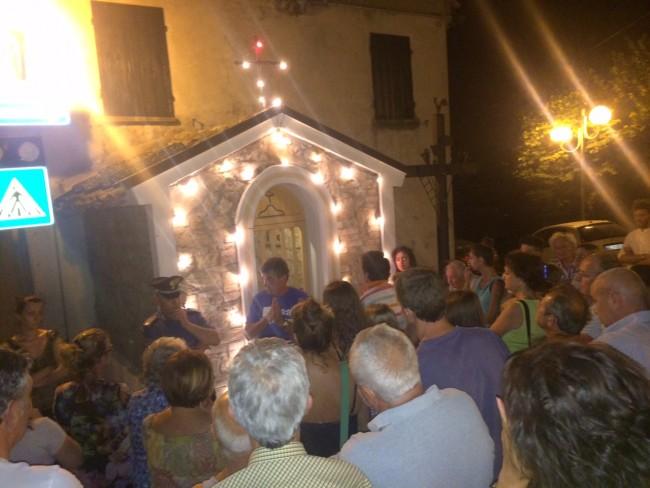 Folla davanti alla Madonnina di Auditore
