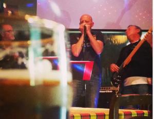 Tnt (una parte) sul palco. Una birra sul tavolo li aspetta