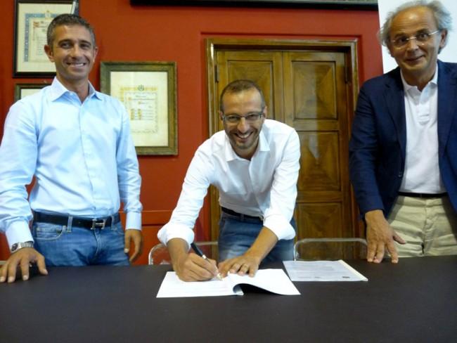 Ricci firma, Delle Noci osserva