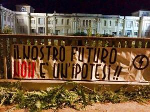 Lo striscione affisso all'ingresso del Santa Marta