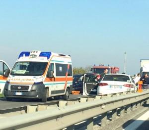 Il primo soccorso sul luogo dell'incidente (FOTO tratta da Facebook)
