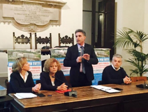 Antonio Baldelli, in piedi, al microfono