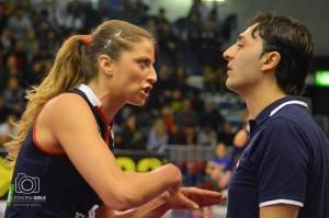 Alice Santini a colloquio con coach Bertini durante il derby con Filottrano (Foto Eleonora Ioele)