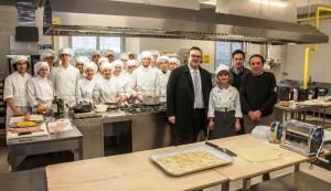Tagliolini e Dellonti con Nicolini e studenti nel laboratorio cucina del Santa Marta-Branca