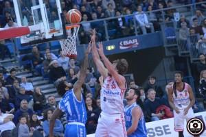 jasaitis al tiro nella vittoria con Sassari (Foto Filippo Baioni)