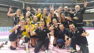 Andrea Pistola, il suo staff e le sue ragazze festeggiano il terzo posto definitivo (dalla pagina Facebook della Sab Grima Legnano)