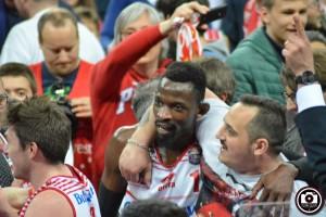 Hazell festeggiato dai tifosi dopo la vittoria su Milano (Foto Filippo Baioni)